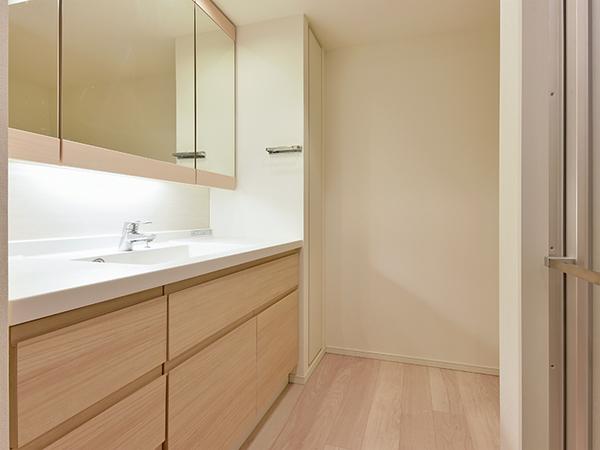 人造大理石製カウンターを使用した洗面ボウル採用!三面鏡裏収納があり便利です!