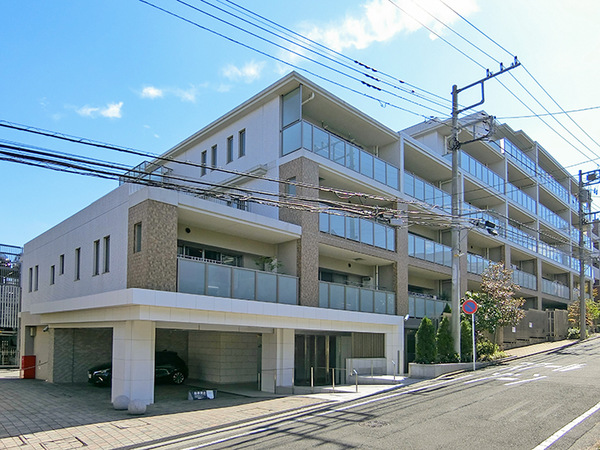 東急田園都市線「江田」駅より徒歩9分! 美しい並木道が続く、緑豊かで閑静な住宅街に立地!