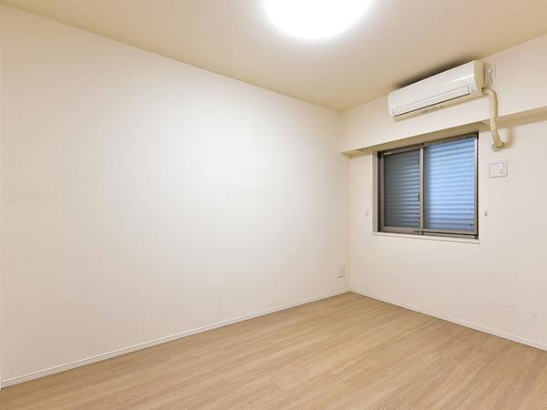 約6帖の洋室には、ウォークインクローゼットがあり、季節の衣類などしっかり収納できます。