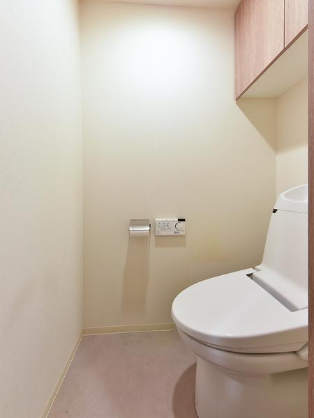 吊戸棚があり、消耗品や洗剤などを収納できます。従来のトイレより約60%の節水を実現する節水型トイレ!
