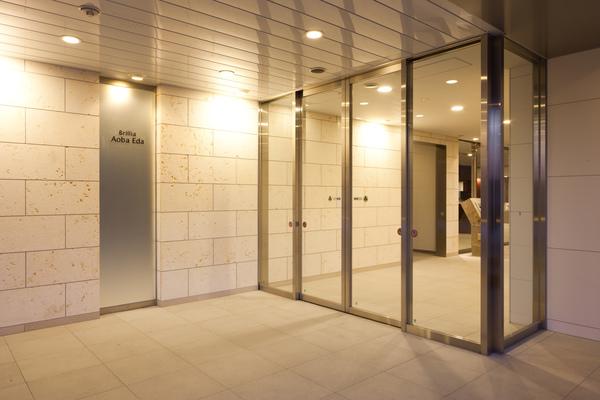 ホテル感覚のエントランスホールの奥に広がるゆったりとしたラウンジ空間。