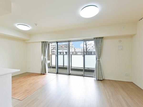 温風がチリやホコリを巻き上げることもなく、足元からお部屋全体を心地よく暖める床暖房を採用。