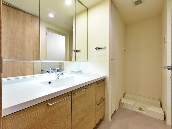 ワイドなスクエア型ボウルが上品な印象の洗面台はお手入れも簡単。三面鏡裏は収納スペース!