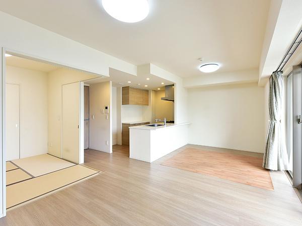 東向き開口部より明るい光が差し込むLD。隣り合う和室の戸を開けることで更に開放感のある空間へ。