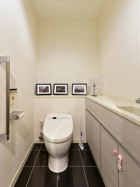 機能的でデザイン性にも優れた専用の手洗い器採用!自動洗浄機能を備えたタンクレストイレ。
