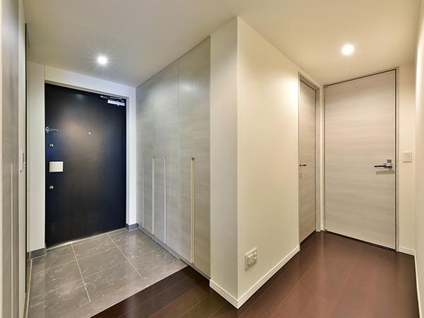 玄関床は上質感の漂う人造大理石貼り!人感センサー付玄関照明で玄関へ入ると自動的に照明が点灯します。