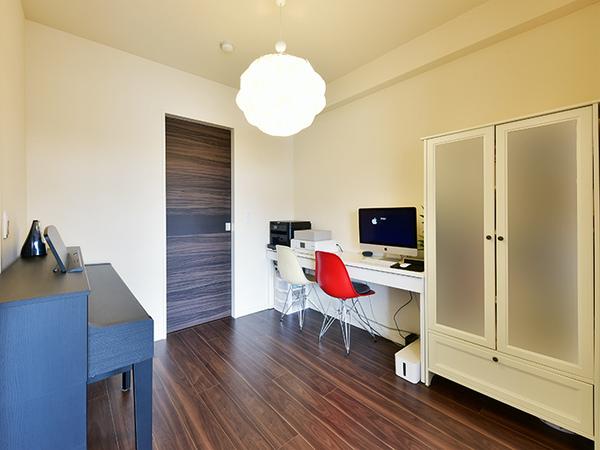 リビングに隣り合う約4.5帖の洋室。書斎や趣味のお部屋としてなど用途は様々!