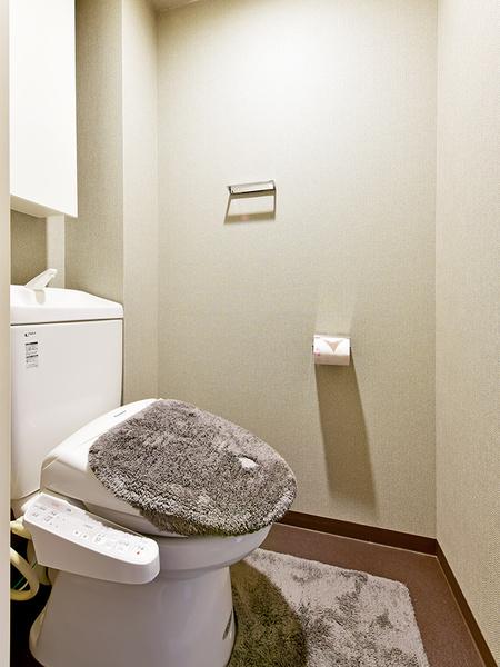 超節水型トイレ採用。地球に優しく水道費の負担もセーブできます。消耗品を収納しておける吊戸棚あり!