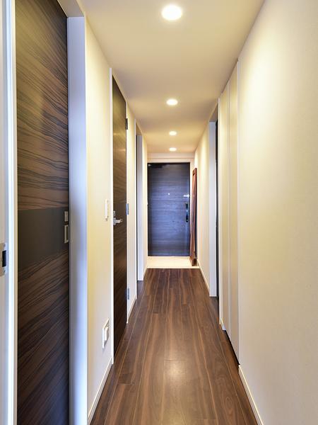 木や石の素材感と風合いが凛とした迎賓空間。玄関照明には長寿命が特徴のLED照明採用。