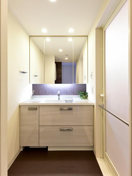 素材や照明にこだわった洗面室。三面鏡裏はすべて収納空間!洗面カウンター下も収納スペースに!