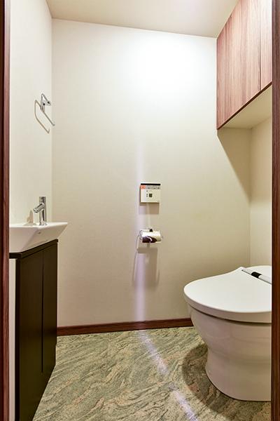 タンクレスですっきりとした空間を実現。衛生的で使いやすい手洗い器を設置!