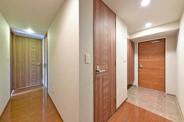 24時間有人管理体制に加え、玄関ドアにはリバーシブルシリンダーキーを採用!
