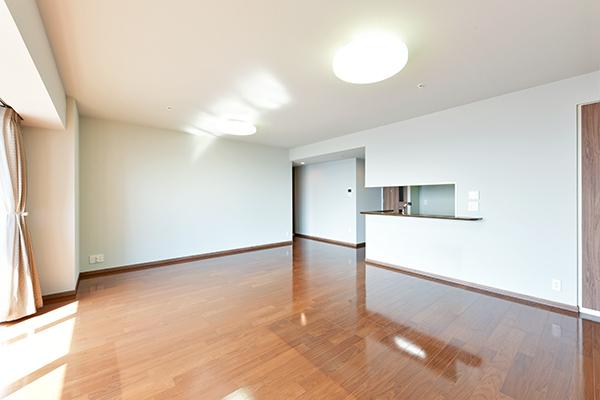 リビングダイニングには温水式床暖房採用で空気を汚さず、足元から優しく室内を暖めます。