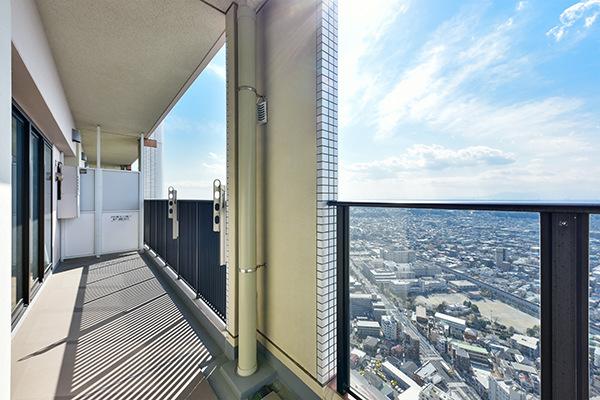 48階部分につき、視界を遮るもののない開放感のある景色が広がります。