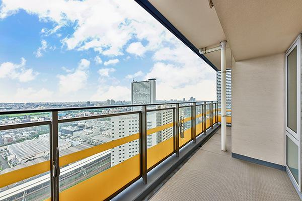 東に面したワイドバルコニー。27階部分につき、陽当り・眺望良好です!