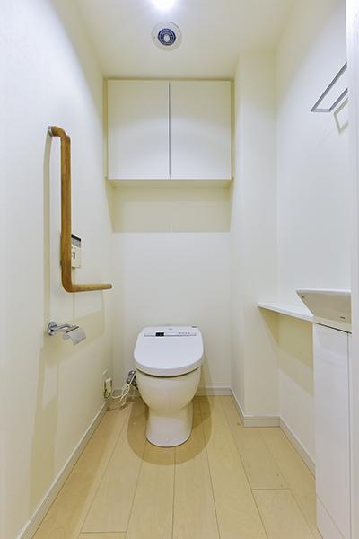 空間をすっきりとさせるコンパクトな節水型タンクレストイレ。衛生的な独立型の手洗い器。