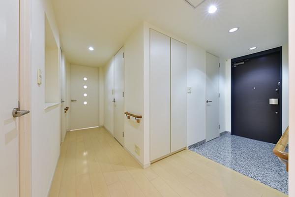 玄関には「押す・引く」の簡単な動作で操作でき、荷物をお持ちの際など便利なプッシュプルハンドルを採用