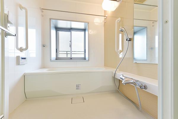自然の換気も行える窓付き。浴室暖房換気乾燥機付フルオートバス。