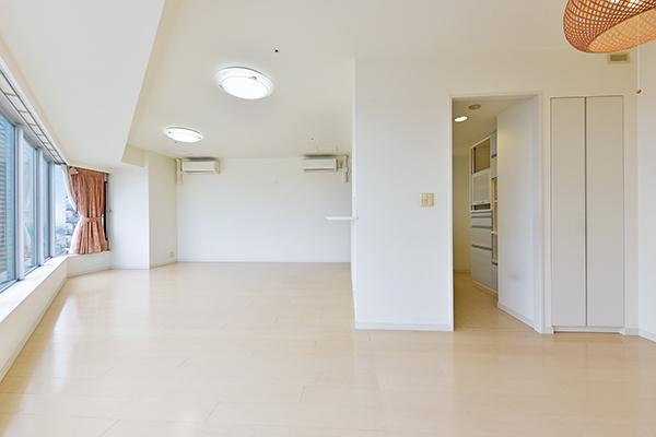 窓を閉めた状態で、居室内の空気を効率よく換気できる24時間換気システム採用。