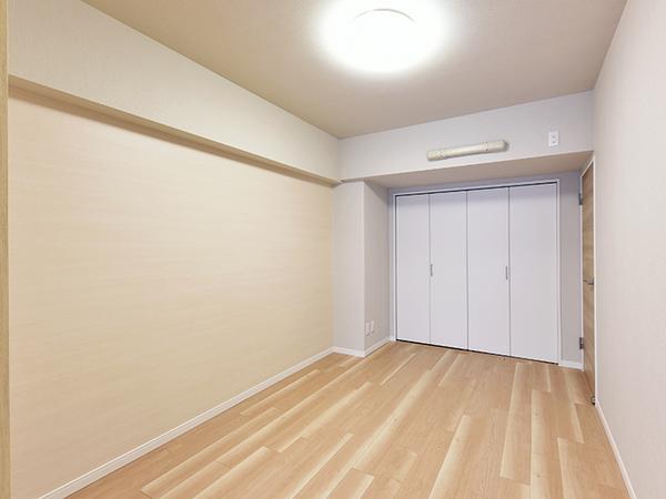 約5.5帖の洋室。リビングと隣り合う居室は来客時などにも便利です。