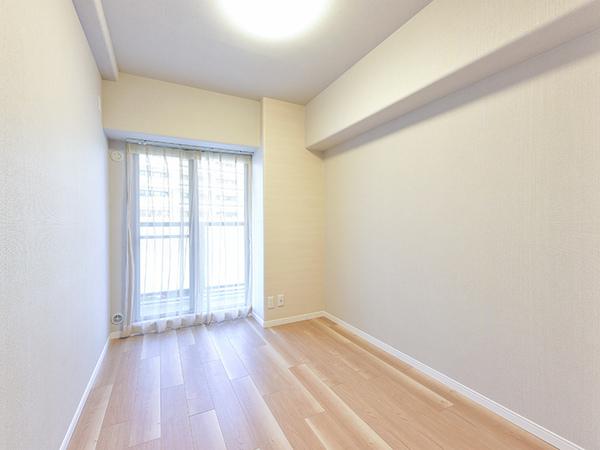 約4.5帖の洋室。北西向きのバルコニーに面しており、しっかりと光が入ります。