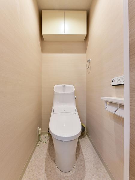 清潔感のあるトイレには、吊戸棚があり消耗品などの収納に便利です。