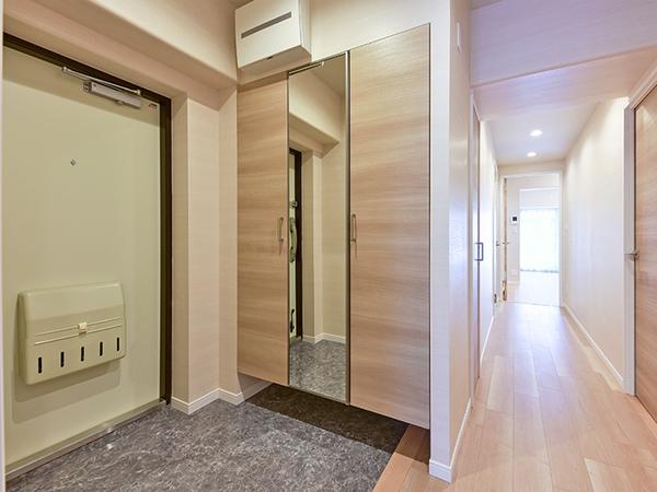 トールサイズの下足入には姿見の鏡がついており、お出掛け前の身だしなみにとても便利です。