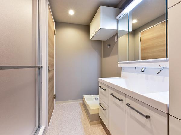 三面鏡裏は収納スペースとしてお使い頂けます。小物などで散らかりやすい洗面台まわりもすっきり!