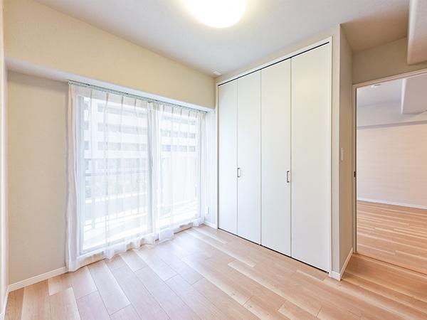 約5帖の洋室。南東向きの明るい居室からは直接バルコニーに出られます。