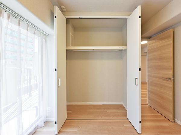 ハンガーポール付の収納は上部に棚があり、デッドスペースなくたっぷりと収納できます。