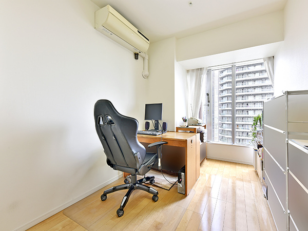 約5.1帖の洋室。大きな窓からの採光で明るい室内!書斎や趣味の部屋としても!