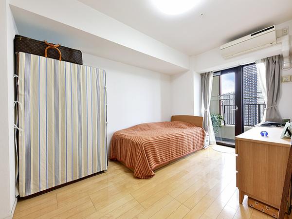 約7.8帖の主寝室。バルコニーに面しており、明るいお部屋です!