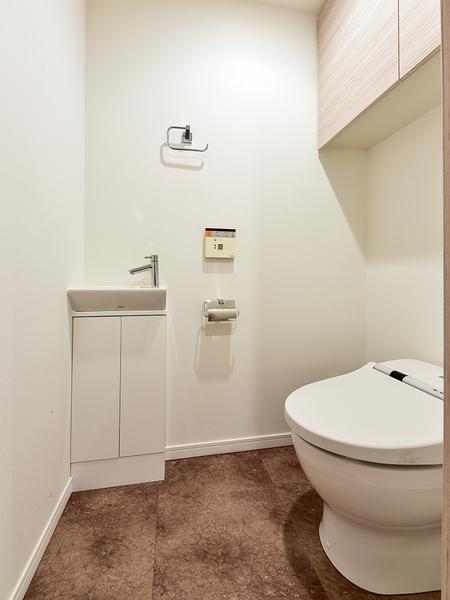 タンクレスですっきりとした空間を実現。衛生的で使いやすい手洗い器を設置した洗浄機能付トイレ!