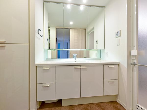 人造大理石を採用した洗面ボウルは、美しくお手入れも簡単!三面鏡裏にはたっぷりの収納スペース!