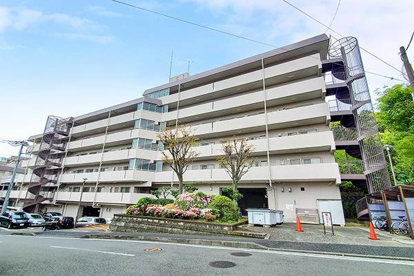 高台の閑静な住宅街に佇む「グリーンヒルズ横浜C棟」。公園に隣接しており、住環境良好!