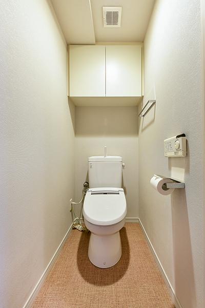 機能豊富なウォシュレットを採用。吊戸棚があり、消耗品や掃除用洗剤などを収納して頂けます。