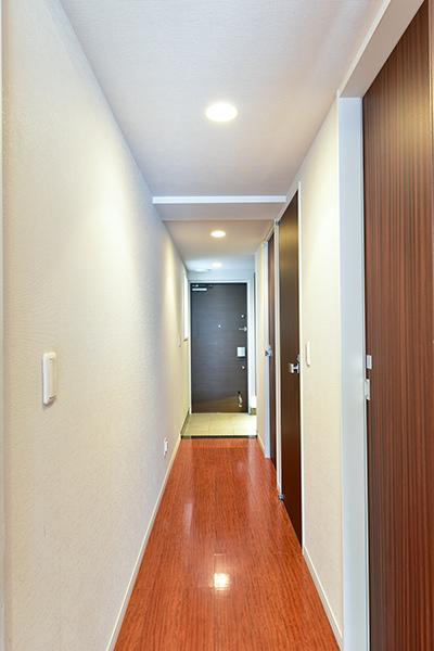 廊下幅はワイドに950mmを確保。採光窓があり、明るい玄関。