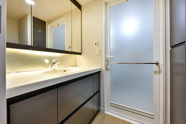 お手入れも簡単な人造大理石天板の洗面台。三面鏡裏収納やリネン庫など収納豊富。