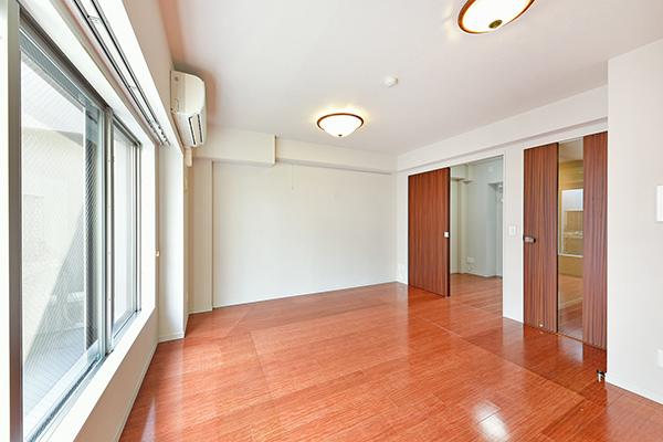 電気式温水床暖房採用により、室内の空気を汚さず、足元からお部屋全体をやさしく暖めます。