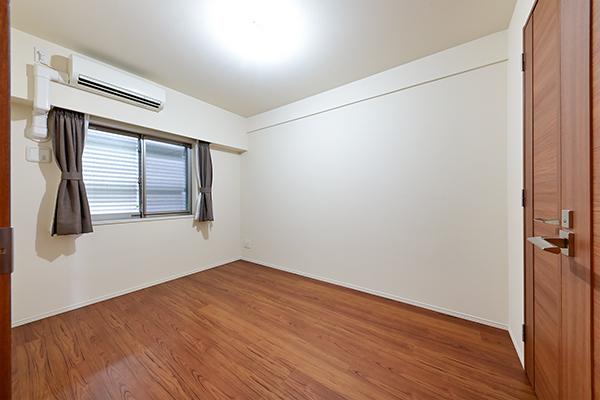 約6帖の洋室には、ウォークインクローゼットがあり、家族の衣類などもしっかり収納できます