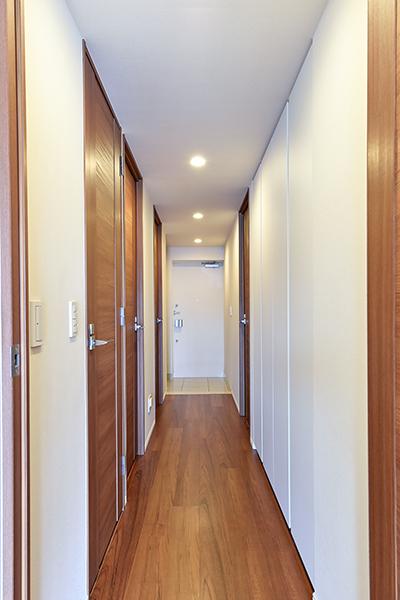 防犯セット時に無理にドアを開けようとすると自動通報される防犯センサーなど、安心のセキュリティ体制