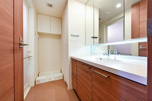 三面鏡裏は収納スペースとなっており、化粧品や洗面用具など、スッキリと収納できます