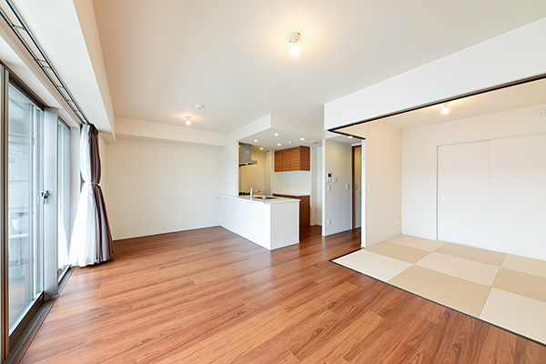 足元からお部屋全体を心地よく暖める床暖房を採用