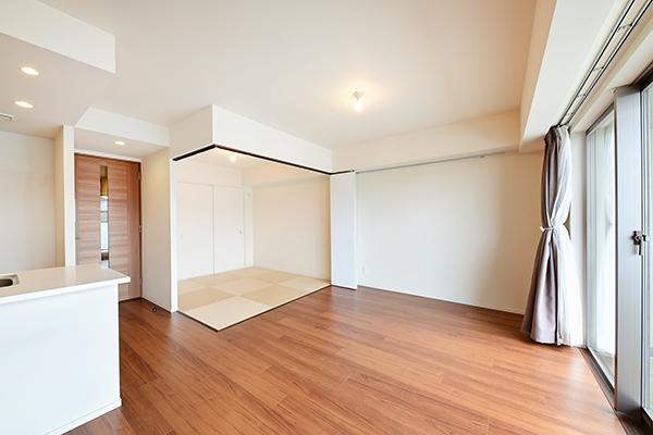 リビングに隣り合う和室の戸を開けることで、さらに開放感ある空間へ