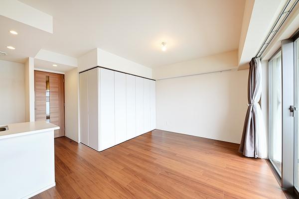 和室の戸がホワイトカラーになっており、閉め切っても圧迫感がありません