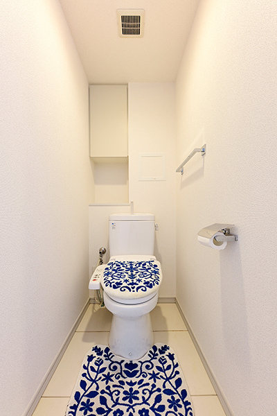 お手入れが簡単なJIS抗菌仕様の便座を採用。洗浄機能付きで快適にお使いいただけます。