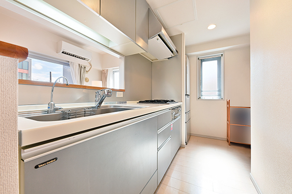 天板に人造大理石を使用。シャワー水栓や、ラージタイプのシンク、浄水器など機能も充実。