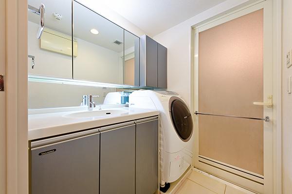 人造大理石を使用した高級感溢れる洗面カウンター。リネン庫など収納も充実。