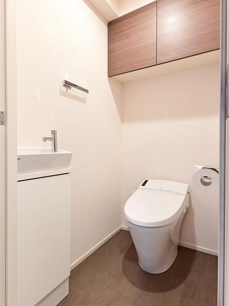 タンクレスでスッキリした空間。手洗い場も併設しており清潔です!