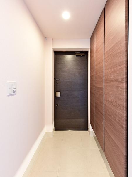 タイル張りの玄関ホールは洗練された大人の空間を演出しています。